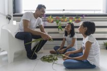 Щаслива родина азіатських святкування Харі Райян вдома і підготовці прикраси — стокове фото