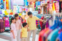 Family shopping in Tekka Mall, Singapore — Stock Photo
