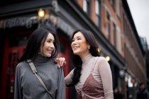 Due asiatico ragazza amici insieme su città strada — Foto stock