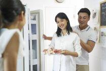 Glückliche Familie, Mutter zeigen asiatisch, Tochter — Stockfoto