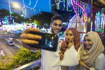 Jovem grupo de amigos muçulmanos tomando selfie — Fotografia de Stock