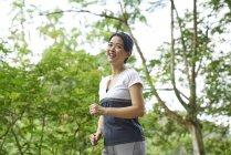 Woman jogging in Botanic Gardens, Singapore — Stock Photo