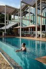 Belle jeune asiatique femme relaxant dans piscine — Photo de stock
