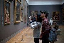 Азиатский турист в Метрополитен-музее, Нью-Йорк — стоковое фото