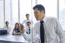Jeunes gens d'affaires asiatiques travaillant au bureau moderne — Photo de stock