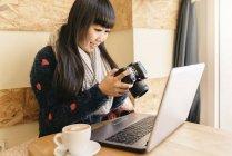Donna di affari con la sua telecamera nel Coffee Shop. Concetto di affari — Foto stock