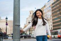 Jeune femme chinoise, marchant dans les rues de Barcelone — Photo de stock