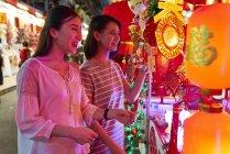 Jovem asiático feminino amigos compras — Fotografia de Stock