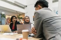 Giovani uomini d'affari multiculturali che lavorano in uffici moderni — Foto stock