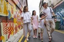 Family exploring Arab Street in Singapore — Stock Photo