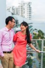 Mulher junto, família asiática feliz com o marido na varanda — Fotografia de Stock