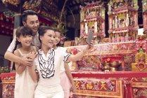 Jovem feliz asiático família tomando selfie no santuário — Fotografia de Stock
