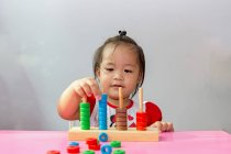 Niño jugando un juego educativo . - foto de stock