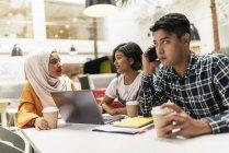 Молодые мультикультурные бизнесмены, работающие в современном офисе — стоковое фото