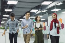Junge asiatische Geschäftsleute im modernen Büro — Stockfoto