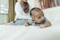 Asiatisch muslim mutter und süß baby mädchen bei zuhause — Stockfoto