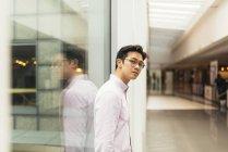 Молодий випадковий азіатських постановки на торговий центр — стокове фото