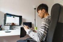 Asiate arbeitet zu Hause mit Tablet — Stockfoto