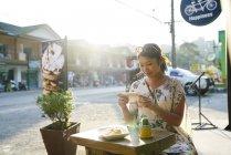 Молода жінка, беручи фотографії її харчування в кафе в Ко Чанг, Таїланд — стокове фото