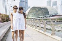 Deux filles explorent Raffles place, Singapour — Photo de stock