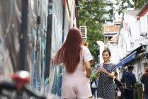 Молодые азиаты делают селфи на улице — стоковое фото