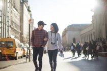 Привабливе притягнення пара, будучи грайливий під час прогулянки разом у Орієнтир Нью-Йорк - Музей мистецтва Метрополітен під час сонячний день на відкритому повітрі. — стокове фото