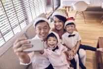 Heureux asiatique famille célébrer noël ensemble et prendre selfie — Photo de stock