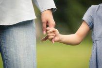 Дитина Холдинг матері пальця. — стокове фото