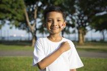 Ребенок берет Сингапурский новичок . — стоковое фото