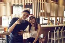 Пара молоді азіатські друзів разом беручи selfie на Різдво — стокове фото