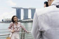 Uomo che fotografa una donna a Singapore — Foto stock