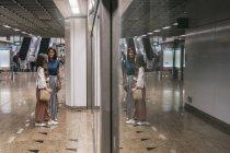 Випадковий азіатських дівчат на станції метро — стокове фото