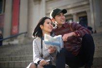 Азіатських туристичних сидіти і говорити на сходах найвідоміших музеїв - Митрополит Музей мистецтва, Нью-Йорк — стокове фото