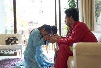 Junge asiatische Familie feiern Hari Raya in Singapur — Stockfoto