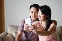 Ältere asiatische casual paar nehmen Selfie auf smartphone — Stockfoto