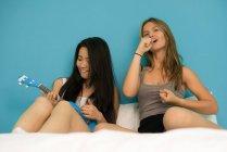 Китайская женщина со своей подругой, весело — стоковое фото