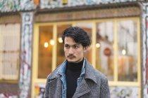 Giovane attraente casual asiatico uomo ritratto su strada — Foto stock