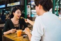 Молода пара обмін харчування в кафе — стокове фото