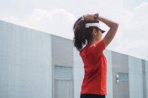 Giovane donna sportiva asiatica che tocca i capelli — Foto stock