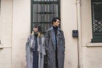 Giovane attraente casual asiatico coppia posa contro edificio — Foto stock
