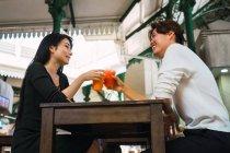 Молода пара обміну напої в кафе — стокове фото