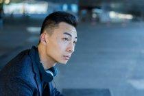 Ritratto di giovane uomo asiatico, vista laterale — Foto stock