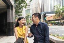Heureux jeune couple asiatique, rire sur la ville de rue — Photo de stock