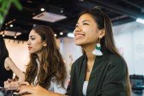Giovani asiatiche donne d'affari in ufficio moderno — Foto stock