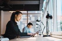 Молодых взрослых деловых людей, работающих в современном офисе — стоковое фото