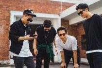 Portrait de cool jeune asiatique groupe de rock — Photo de stock