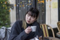 Junge attraktive lässig asiatische Frau Kaffee trinken — Stockfoto