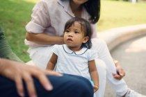 Мило азиатских мать и дочь в парке — стоковое фото
