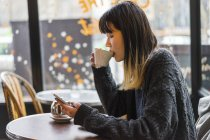 Jeune femme asiatique de casual attrayante, boire du café au café — Photo de stock
