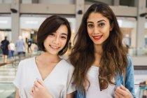 Giovani belle donne asiatiche insieme nel centro commerciale — Foto stock